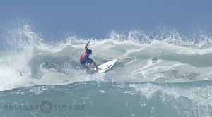 Surfista Lucca Mesinas en el Hurrley Surf Open Acapulco 2018 playa revolcadero