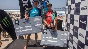 Surfistas Lucca Mesinas y Cole Husman en la premiación del Hurrley Surf Open Acapulco 2018 QS 1,000 PODIUM