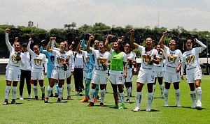 festejo de las jugadoras de Pumas tras el triunfo frente al Veracruz en la cancha 1 de la cantera