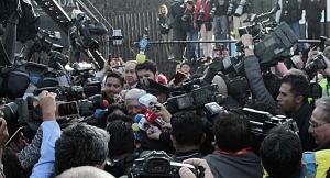 periodistas a la salida del candidato a la presidencia de México Andrés Manuel López Obrador despues de que este realizara su voto 1