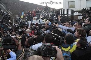 periodistas a la salida del candidato a la presidencia de México Andrés Manuel López Obrador despues de que este realizara su voto