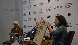 Debora Holtz presentando el libro Yo estuve en Avándaro en Zona Maco 2018