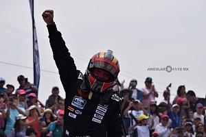 Festejo de victoria de el piloto Oscar Peralta