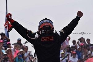 Festejo de victoria piloto Oscar Peralta