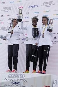 Ganadoras de la categoria femenil del Maratón de la ciudad de México 2018 en el podium
