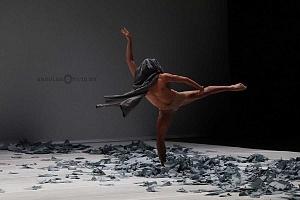 Laleget Danza presentó el estreno de TheCoat, Manesés y la esquizofrenia y el solo False Cognate en el Palacio de Bellas Artes