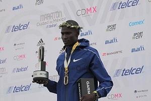 Tikus Eriku ganador de la edición XXXVI del Maratón de la Ciudad de México entrega de medallas