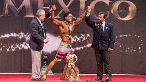 ganador de la categoria Men's Physique con el número 151, Missael Leija