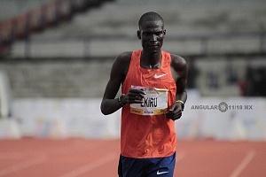 keniata Tikus Eriku ganador de la edición XXXVI del Maratón de la Ciudad de México cruzando la meta