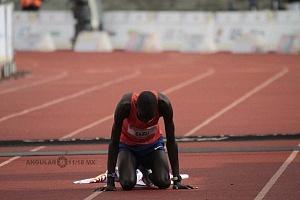 keniata Tikus Eriku ganador de la edición XXXVI del Maratón de la Ciudad de México despues de cruzar la meta