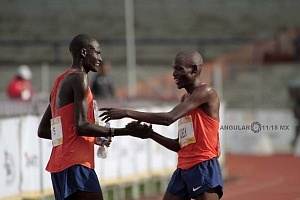 keniata Tikus Eriku y Edwin Kipngetich Koech despues de cruzar la meta del maratón de la CDMX 2018 n