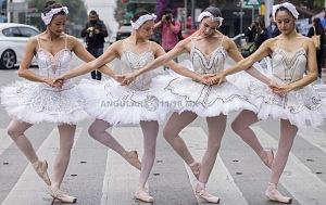 la compañía de danza clásica Ardentía llevo a la calle fragmentos de los clasicos El Lago de los Cisnes, El Quijote entre otros 1