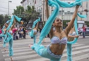la compañía de danza clásica Ardentía llevo a la calle fragmentos de los clasicos El Lago de los Cisnes, El Quijote entre otros 2