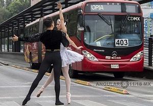 la compañía de danza clásica Ardentía llevo a la calle fragmentos de los clasicos El Lago de los Cisnes, El Quijote entre otros