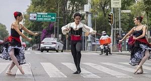 la compañía de danza clásica Ardentía llevo a la calle fragmentos de los clasicos El Lago de los Cisnes, El Quijote entre otros b