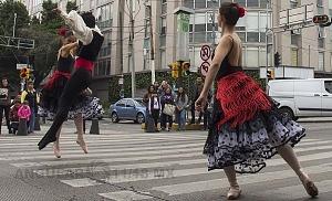 la compañía de danza clásica Ardentía llevo a la calle fragmentos de los clasicos El Lago de los Cisnes, El Quijote entre otros cj