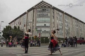 la compañía de danza clásica Ardentía llevo a la calle fragmentos de los clasicos El Lago de los Cisnes, El Quijote entre otros ed
