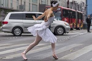 la compañía de danza clásica Ardentía llevo a la calle fragmentos de los clasicos El Lago de los Cisnes, El Quijote entre otros vb