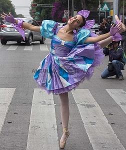 la compañía de danza clásica Ardentía llevo a la calle fragmentos de los clasicos El Lago de los Cisnes, El Quijote entre otros vm