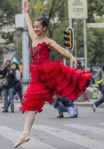 la compañía de danza clásica Ardentía llevo a la calle fragmentos de los clasicos El Lago de los Cisnes, El Quijote entre otros vr