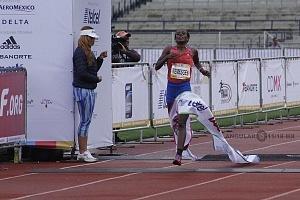 primer lugar femenil del Maratón de la Ciudad de México 2018 la etíope Etaferahu Woda Temesgen llegando a la meta