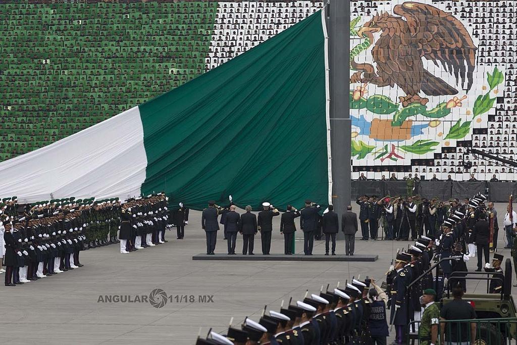 Presidente de México Enrique Peña Nieto  acompañado de los secretarios de la defensa nacional General Salvador Cienfuegos y el Secretario de Marina Vidal Francisco Sberón Sanz, rindiendo honores a la bandera