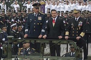 Presidente de México Enrique Peña Nieto  acompañado de los secretarios de la defensa nacional General Salvador Cienfuegos y el Secretario de Marina Vidal Francisco Sberón Sanz