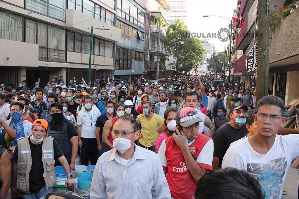 CDMX 19 de Septiembre de 2017, con el puño en alto ,en señal de silencio ,ciudadanos y autoridades en espera de señales de vida de sobrevivientes atrapados tras colapsar (fotos archivo)