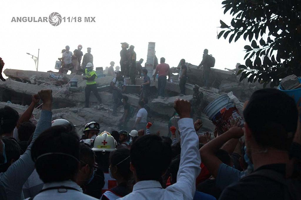 CDMX 19 de Septiembre de 2017 , con el puño en alto ,en señal de silencio ,ciudadanos y autoridades en espera de señales de vida de sobrevivientes atrapados tras colapsar edifico (fotos archivo)