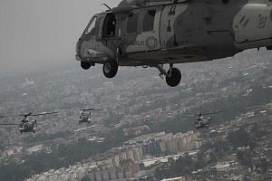 Formación de aeronaves UH-60M Black Hawk durante la parada aérea del 16 de septiembre de 2018