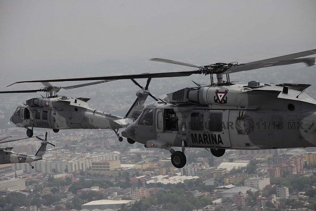 Helicópteros UH-60M Black Hawk en formación cerrada, durante la parada aérea militar del 16 de septiembre de 2018