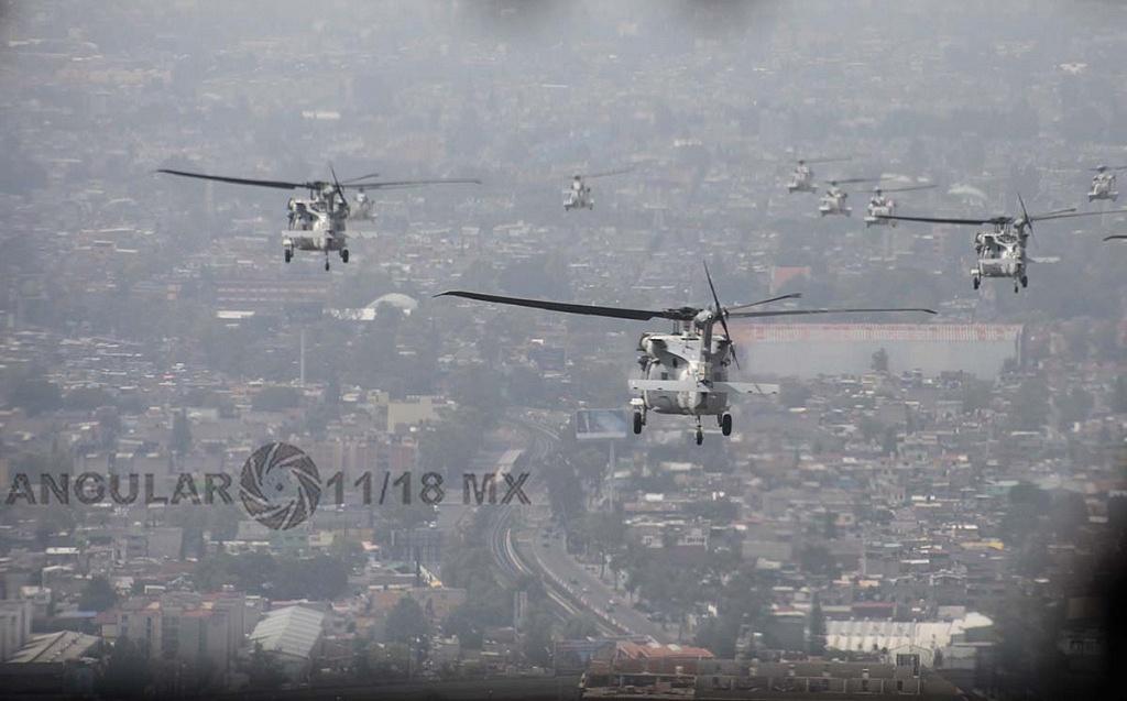 Helicópteros UH-60M Black Hawk en formación cerrada durante la parada aérea militar del 16 de septiembre de 2018
