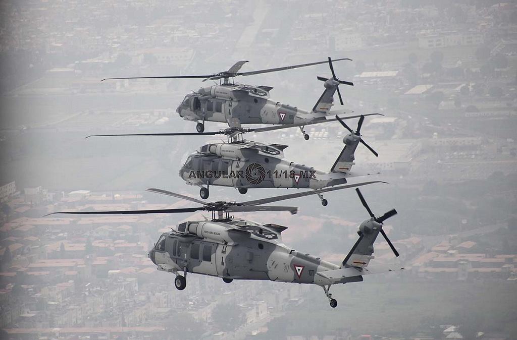 Helicópteros, UH-60M Black Hawk en formación cerrada durante la parada aérea militar del 16 de septiembre de 2018