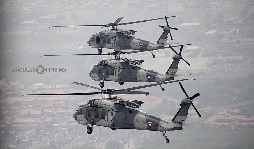 Helicópteros, UH-60M Black Hawk en formación cerrada durante la parada aérea militar del 16, de septiembre de 2018