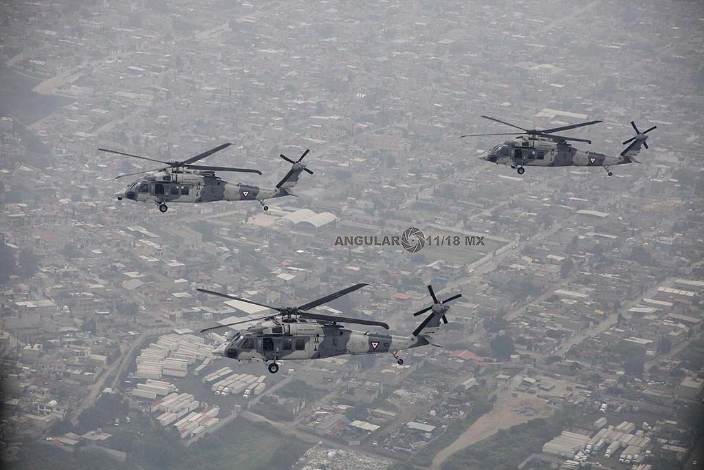 Helicópteros UH-60M Black Hawk en formación, durante la parada aérea militar del 16 de septiembre de 2018