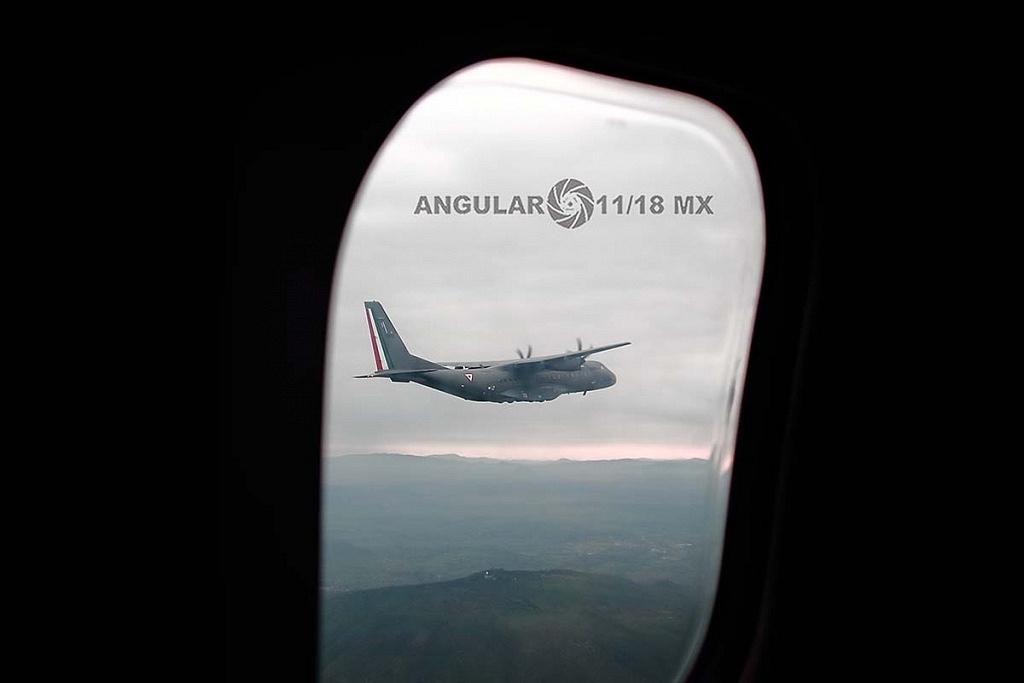 Parada aérea militar 2018, aeronave de ala fija modelo C-295 casa, toma desde la ventanilla