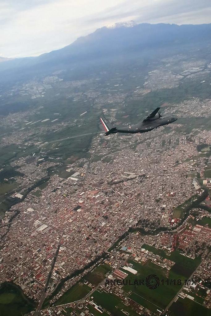 Parada aérea militar 2018, toma aérea de una aeronave de ala fija modelo C-295 casa, en vuelo