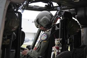 Piloto del escuadrón 107 a cargo de la aeronave UH-60M Black Hawk previo al despegue
