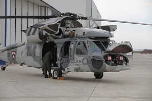 Preparativos, previos al vuelo del UH-60M Black Hawk