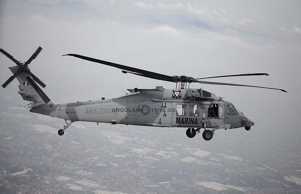 Toma lateral de un Helicóptero UH-60M Black Hawk en vuelo durante la parada aérea militar
