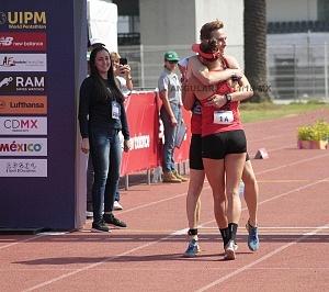 competidor alemán Fabian Liebig llegando a la meta y es recibido por su campañera Rebecca Langrehr, Mundial de Pentatlón Moderno, Ciudad de México 2018
