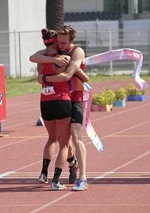 competidor alemán Fabian Liebig llegando a la meta y es recibido por su campañera Rebecca Langrehr, Mundial de Pentatlón Moderno Ciudad de México 2018