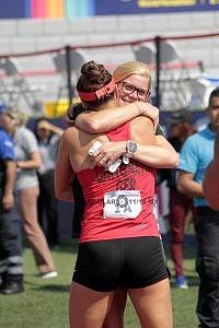 competidor alemana Rebecca Langrehr abrazando a su entrenadora después de ganar el mixto del Mundial de Pentatlón Moderno Ciudad de México 2018