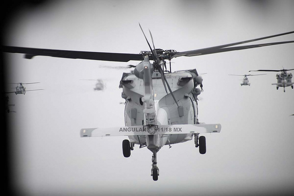 toma trasera de un Helicóptero UH-60M Black Hawk en vuelo durante la parada aérea militar