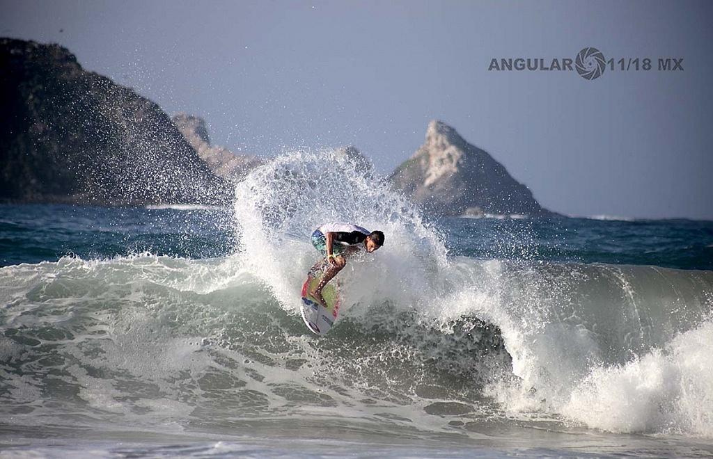 Angelo Lozano Surfista mexicano Semifinalista en el GoPro Surf Open Ixtapa Zihuatanejo 2018 playa escollera
