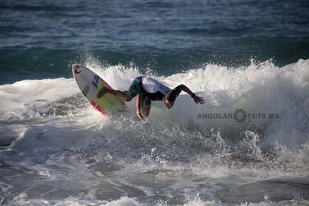 Angelo Lozano Surfista mexicano Semifinalista en el Surf Open Ixtapa Zihuatanejo 2018 playa escollera