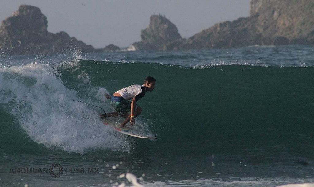 Angelo Lozano, Surfista mexicano Semifinalista en el Surf Open Ixtapa, Zihuatanejo 2018, playa escollera