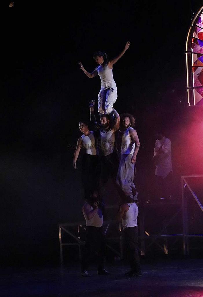 Cirque Alfonse de Canda presentó su espectáculo Tabarnak en el teatro de la ciudad Esperanza Iris, en la Ciudad de México
