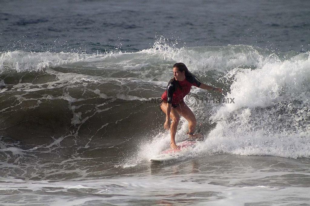 Regina Pioli Unica Surfista Femenina Mexicana en el GoPro Surf Open Ixtapa Zihuatanejo 2018 playa escollera