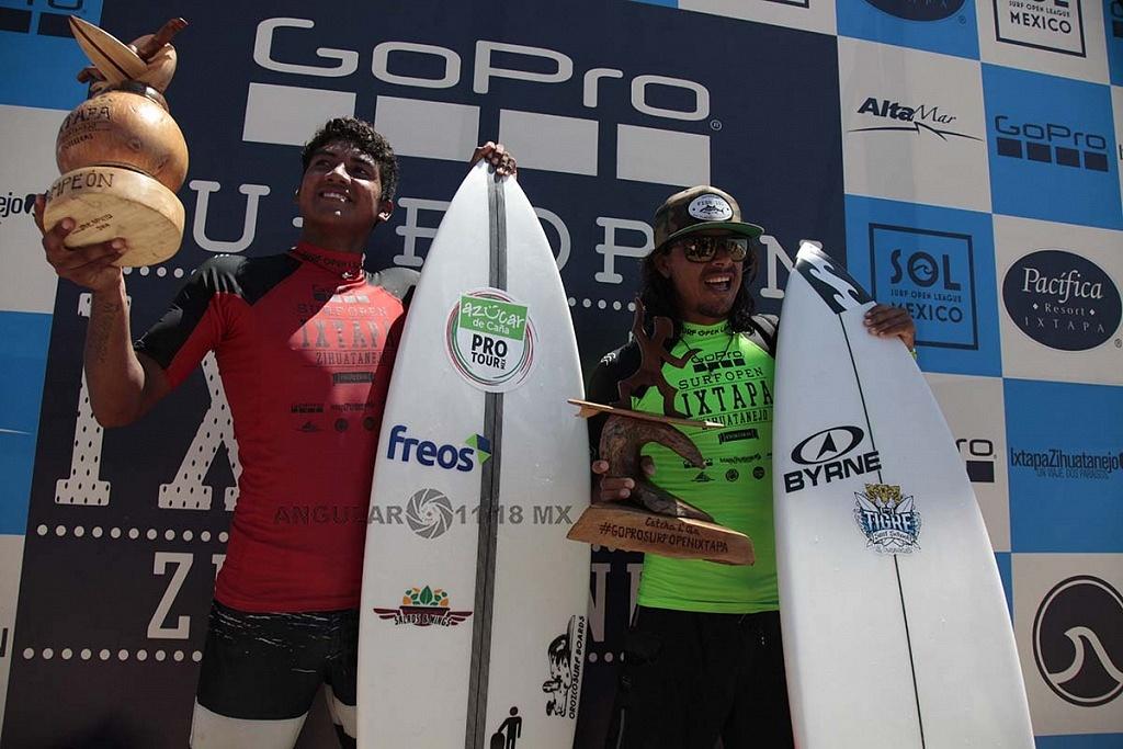 Rey Hernandez Campeón del GoPro Sur Open Ixtapa Zihuatanejo, 2018 y de licra verde el segundo lugar Diego Cadena